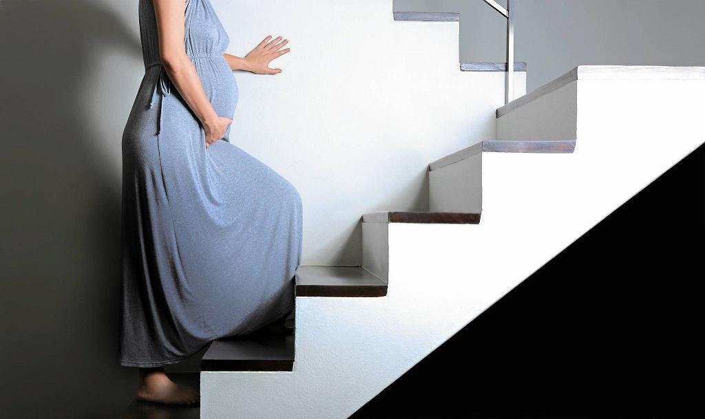 Domowe sposoby wywoływania porodu - chodzenie po schodach.