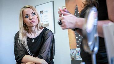 """Podprowadzające Polonii Bydgoszcz to """"Umbrella Girls"""" - na zdjęciu podczas konsultacji kosmetycznych."""