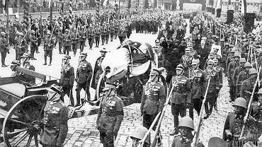 18 maja 1935 r., Kraków, pogrzeb Józefa Piłsudskiego. Kondukt żałobny z trumną Marszałka na lawecie armatniej w drodze na Wawel. Piłsudski miał fanatycznych wielbicieli, którzy kochali go więcej niż własnych rodziców, własne dzieci - komentował pisarz i publicysta Stanisław Cat-Mackiewicz. W katedrze wawelskiej mszę celebrował metropolita krakowski arcybiskup Adam Sapieha, a potem generałowie znieśli trumnę do krypty św. Leonarda. Serce 30 maja zostało przewiezione do Wilna, gdzie rok czekało na ekshumację szczątek jego matki, by spocząć we wspólnej mogile na Rossie. Mózg Piłsudskiego został przekazany Uniwersytetowi Stefana Batorego w Wilnie, badał go zespół neurologa i psychiatry prof. Maksymiliana Rosego. W 1938 r. opublikowana została pierwsza część wyników niezawierająca żadnych wniosków, a jedynie barwne fotografie mózgu, opis jego konserwacji i preparowania do badań. W czasie wojny mózg Marszałka zaginął.