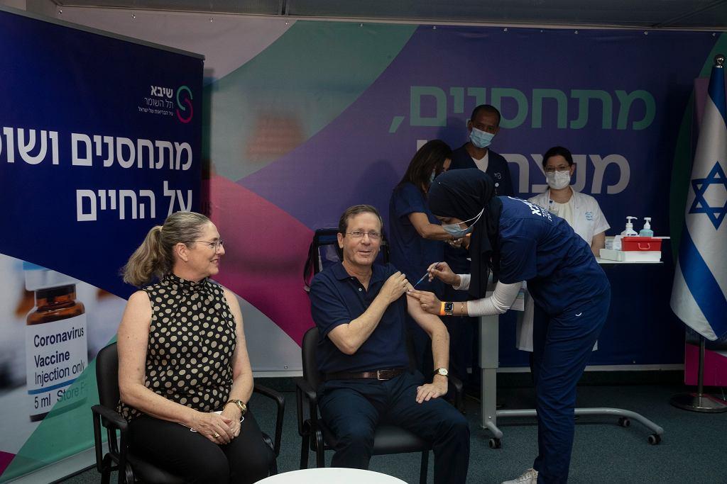 30.07.2021 Izrael, Ramat Gan. Prezydent Izraela Isaac Herzog przyjmuje trzecią dawkę szczepionki.