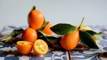 Kumkwat to owoc bardzo aromatyczny o niepowtarzalnym smaku i zapachu. Jego miąższ jest kwaśny, wręcz cierpki, skórka natomiast - słodka