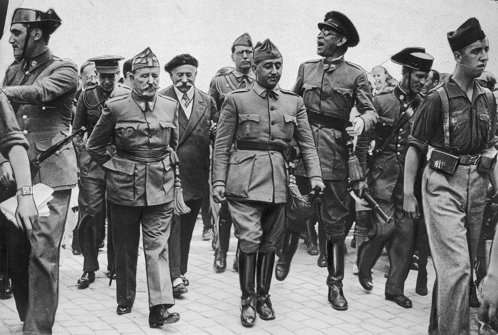 Rok 1936, generał Francisco Franco (w środku) w otoczeniu swoich najbliższych współpracowników.