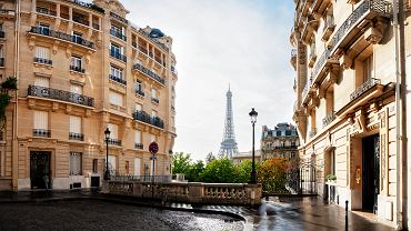 6Cosy,Paris,Street,With,View,On,The,Famous,Eiffel,Tower