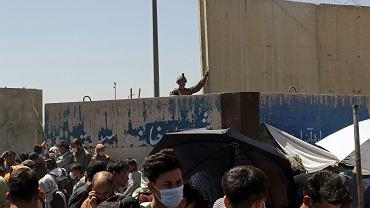 Scena sprzed jednej bram na kabulskie lotnisko, 26 sierpnia