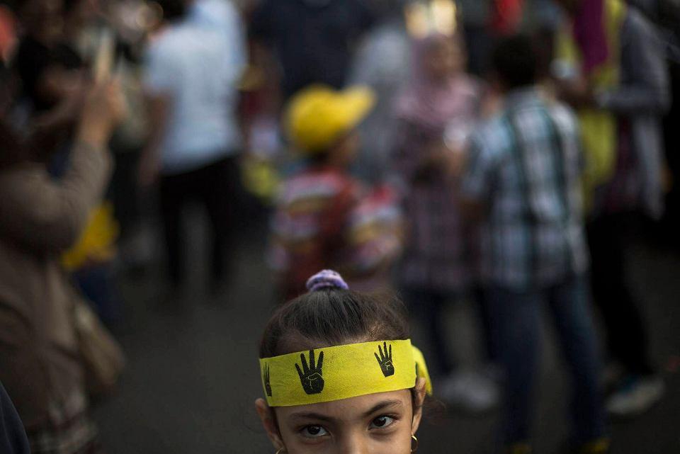 Egipt pogrążył się w przemocy. W ostatnich miesiącach zginęło około tysiąca zwolenników Bractwa Muzułmańskiego, najczęściej zastrzelonych podczas demonstracji.