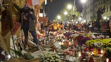 Nieznani sprawcy zabrali sprzed siedziby PiS znicze, kwiaty, flagi i inne rzeczy pozostawione tam w ramach strajku kobiet