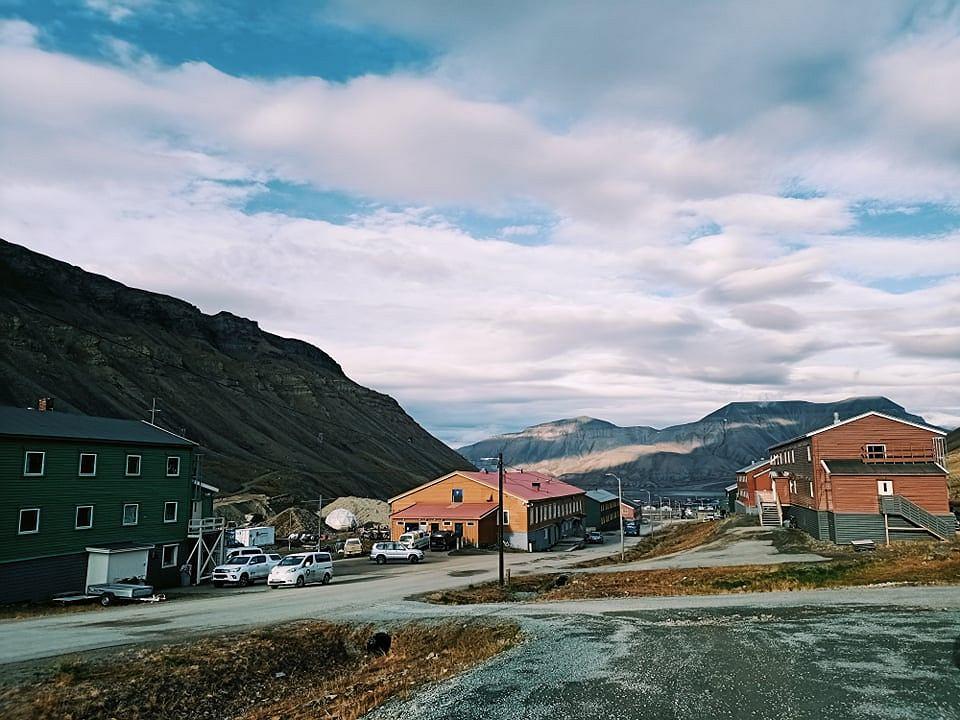 Wyprawa na Spitsbergen. Na zdjęciu Longeyarbyen widziane z dzielnicy Nybyen