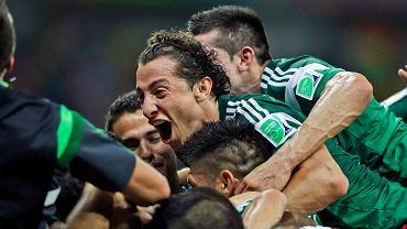 Andres Guardado cieszy się z kolegami
