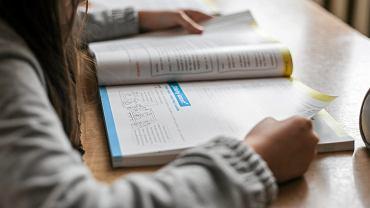 Prace domowe powodują spadek motywacji do nauki. Są dzieci, które w domu odrabiają lekcje tak długo, że potem w szkole nie chcą się uczyć, bo są zmęczone