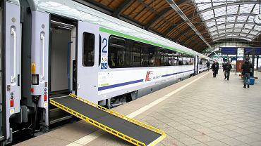 Pociąg PKP Intercity z rampą - podjazdem dla osób na wózkach. Wrocław, 14 kwietnia 2014