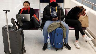 Pasażerowie śpią na lotnisko Orly po tym, jak odwołano ich loty z powodu strajku generalnego we Francji