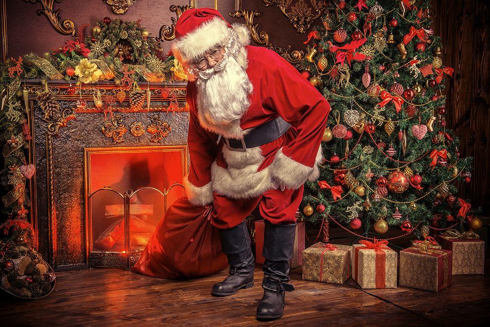 Święty Mikołaj odwiedza grzeczne dzieci 6 grudnia. Zdjęcie ilustracyjne