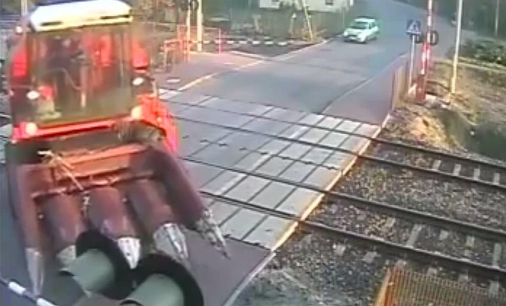 Nagranie z monitoringu na przejeździe kolejowym