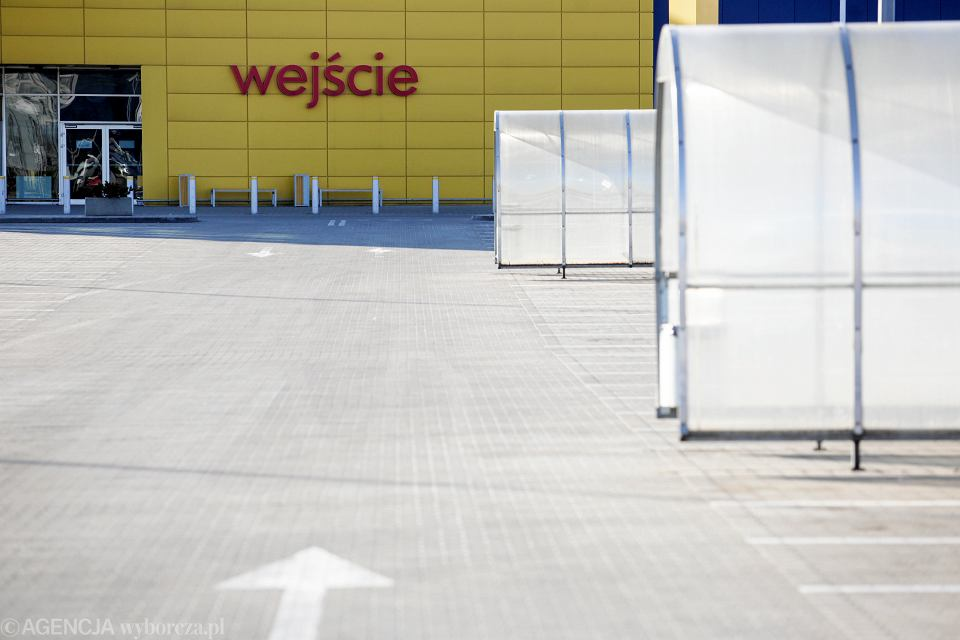 Pusty parking przed sklepem Ikea w Krakowie.