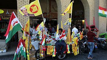 Uliczny sprzedawca pro-niepodległościowych kurdyjskich gadżetów w Irbilu