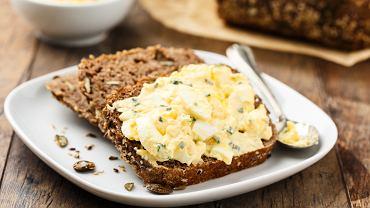 Pasta jajeczna doskonale smakuje na świeżym pieczywie z dodatkiem szczypiorku