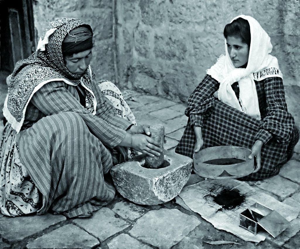 Palestynki mielące ziarna kawy (1905 rok)