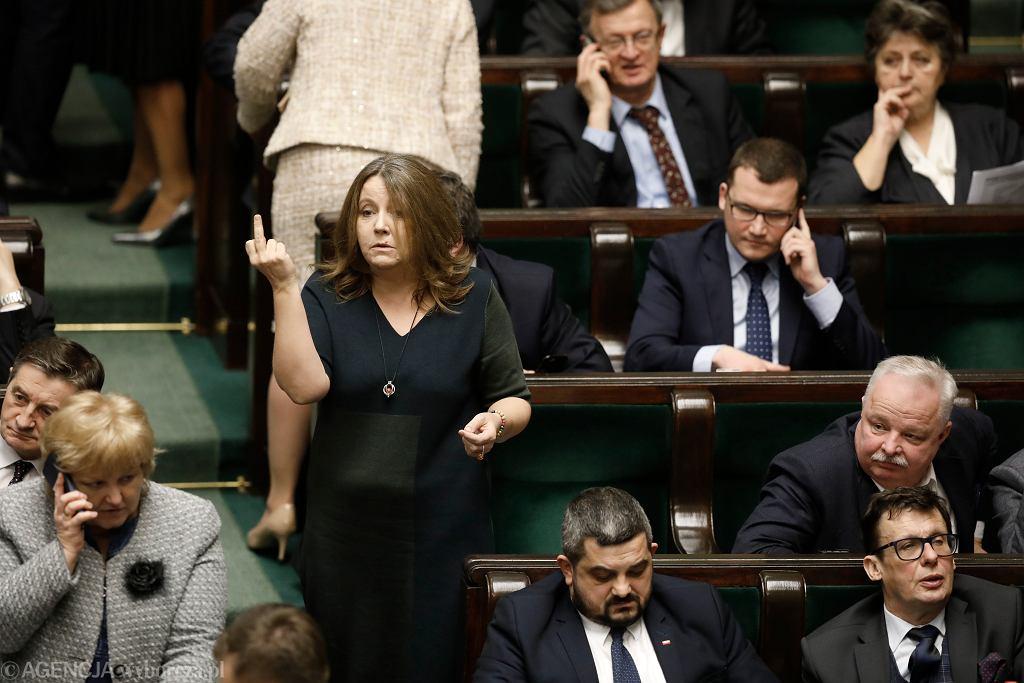 Posłanka Joanna Lichocka pokazała środkowy palec posłom opozycji w czasie sejmowej debaty