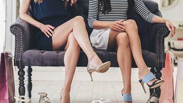 Nie zakładaj nogi na nogę, bo będziesz mieć żylaki. Czy rzeczywiście taki nawyk ma konsekwencje zdrowotne?