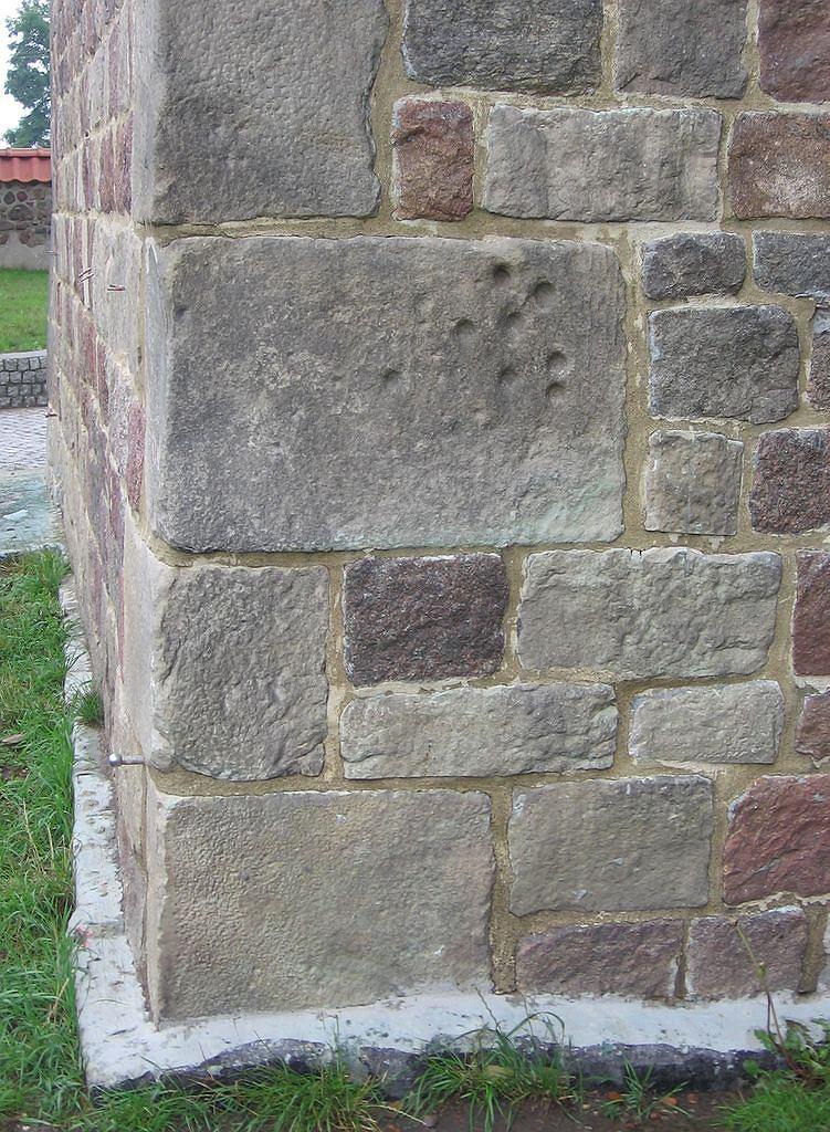Ślady Boruty na murze wieży w Tumie / Domena publiczna