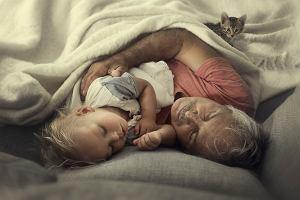 Ci dziadkowie widują się z wnukami tylko raz w roku. Mama-fotografka uchwyciła ich wspólne chwile [ZDJĘCIA]