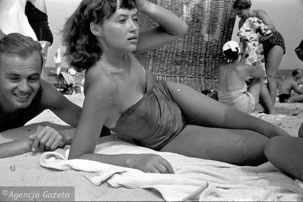 Zdjęcie numer 0 w galerii - Lato w Sopocie w 1957 roku. Sopocka plaża w obiektywie Tadeusza Rolke