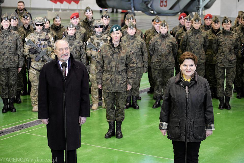 Minister obrony narodowej Antoni Macierewicz, premier Beata Szydło, za nimi w środku major Anna Pęzioł-Wójtowicz w bazie wojskowej w Mińsku Mazowieckim, 8 marca 2016 r.