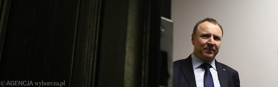 Prezes TVP z nadania PiS Jacek Kurski. Na zdjęciu: mocno spóźniony wpada do senackiej komisji kultury i środków przekazu. Niestety, posiedzenie zdążono już odwołać z powodu jego nieobecności. Warszawa, 8 listopada 2017 r.