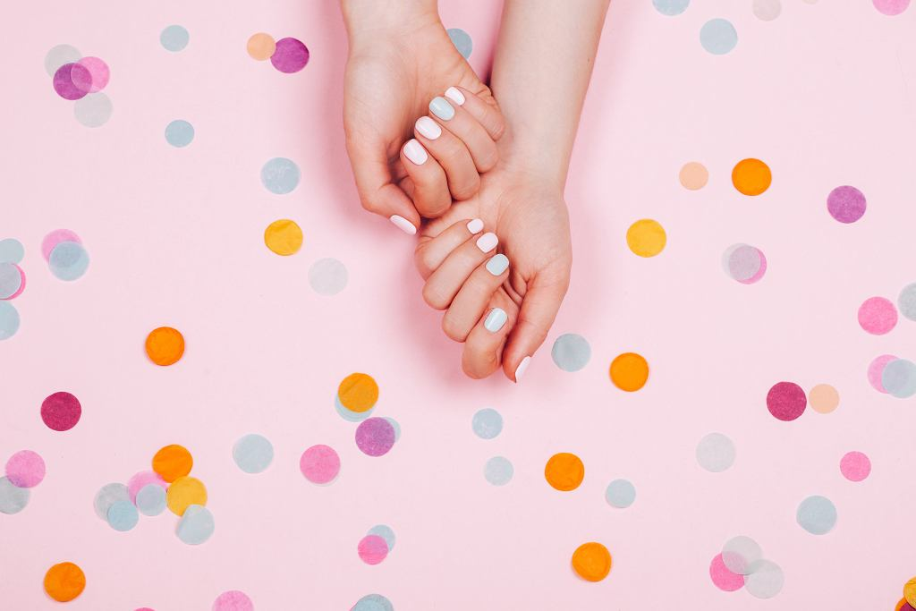 Jak ściągnąć paznokcie żelowe? Poznaj domowy sposób