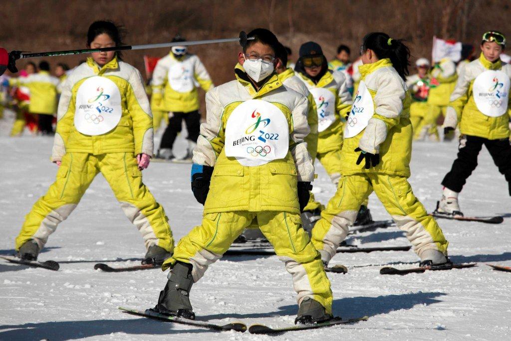 ...z Pekinu w góry jedzie się średnio 100 kilometrów (około 60 do ośrodka Yangqing i około 140 do Zhangjiakou), ale zimą jest, jak zapewniają organizatorzy, zimno. I nawet jeśli śniegu nie będzie, to się wyprodukuje. Na razie chińskie dzieci zaręczają, że na nartach da się jeździć. Zdjęcie ze stycznia 2015 roku