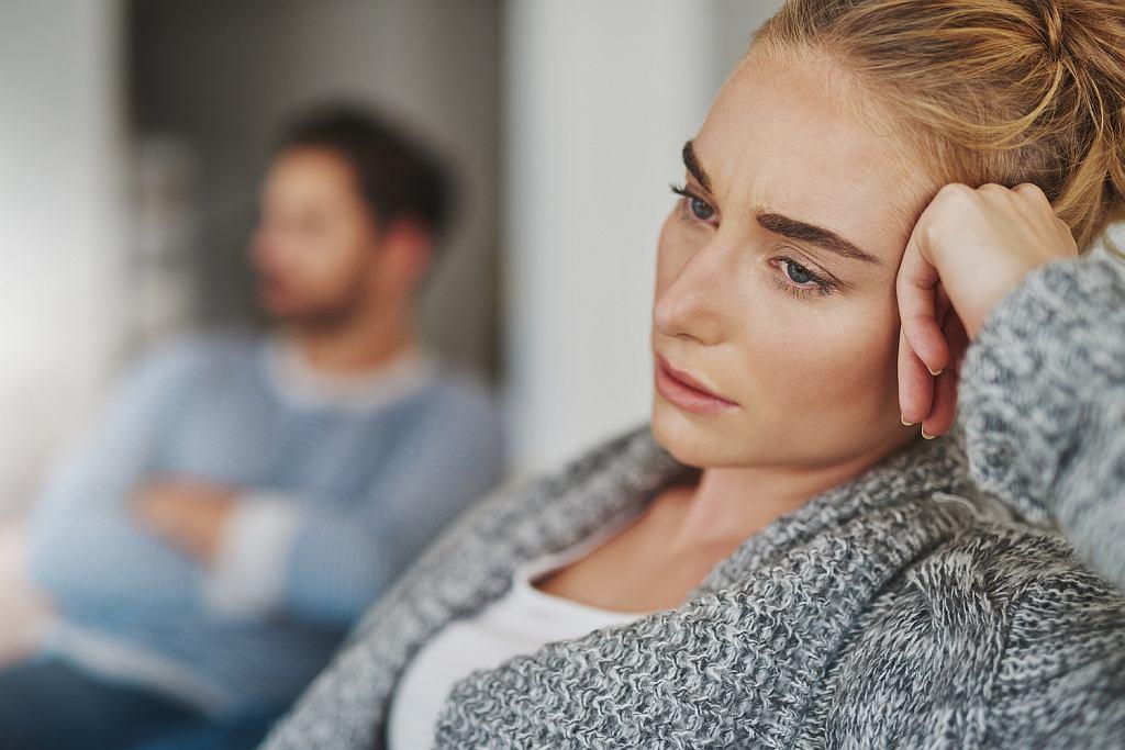 Przedwczesna menopauza to duże zaskoczenie dla kobiety. Pojawia się smutek, frustracja, złość, spadek poczucia własnej wartości, nierzadko depresja.