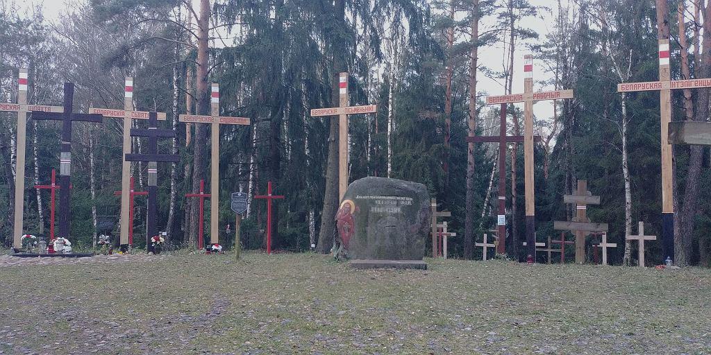 Krzyże na zbiorowych mogiłach w uroczysku Kuropaty, gdzie mogą być pogrzebane ofiary NKWD z tzw. listy białoruskiej