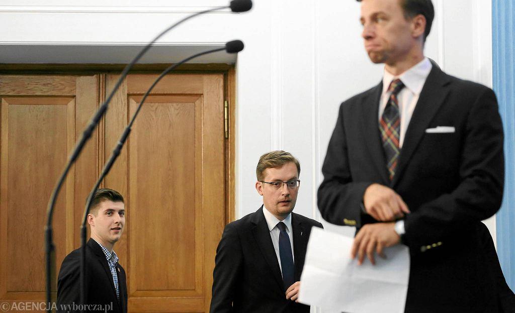 Krzysztof Bosak podczas konferencji prasowej w Sejmie