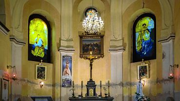 Dwa witraże z pleksiglasu zdobią kaplicę Opatrzności Bożej w Kończycach Wielkich
