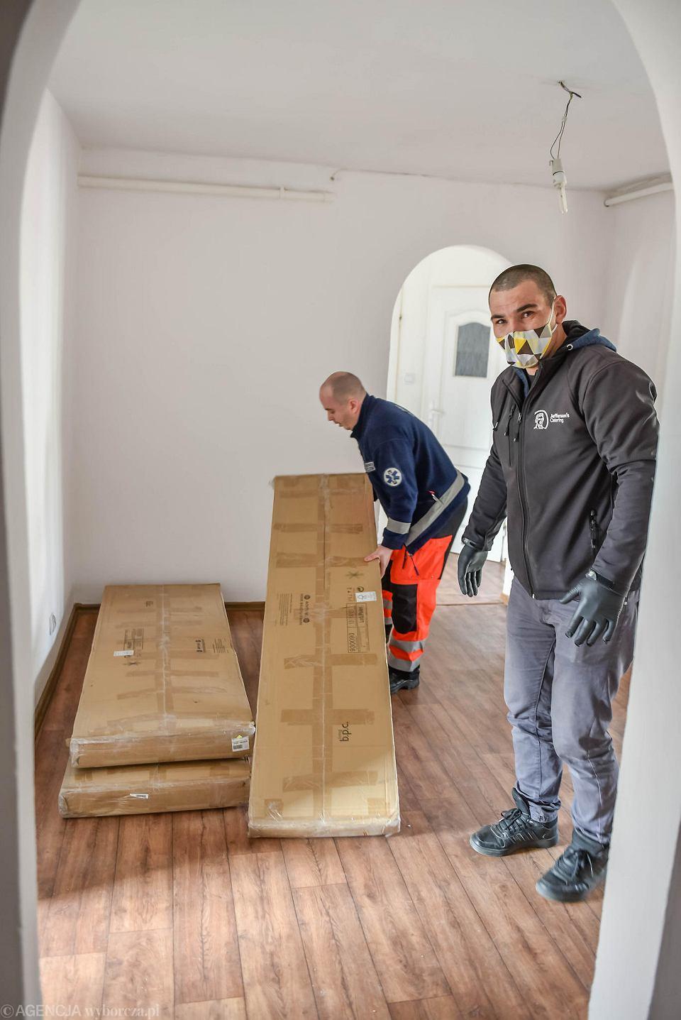 Zdjęcie numer 1 w galerii - Koronawirus. Meble i sprzęt dojechały na miejsce. Mieszkanie dla zielonogórskich medyków już gotowe [ZDJĘCIA]