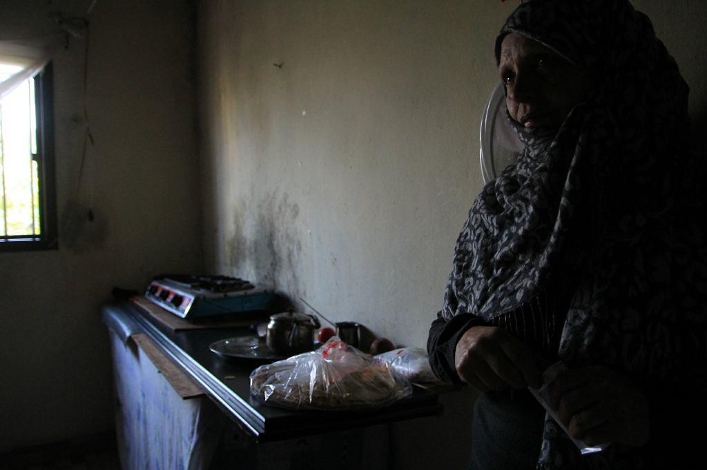 Sahar w kuchennej części swojego mieszkania - garażu