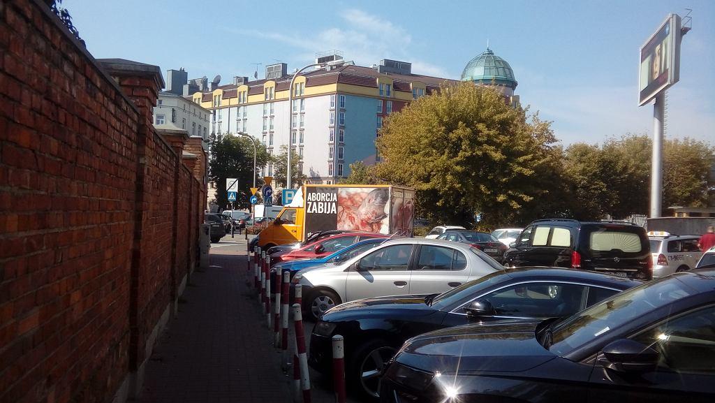 Samochód ze zdjęciami martwych płodów zaparkował 200 metrów do przedszkola. Co robić w takich przypadkach?