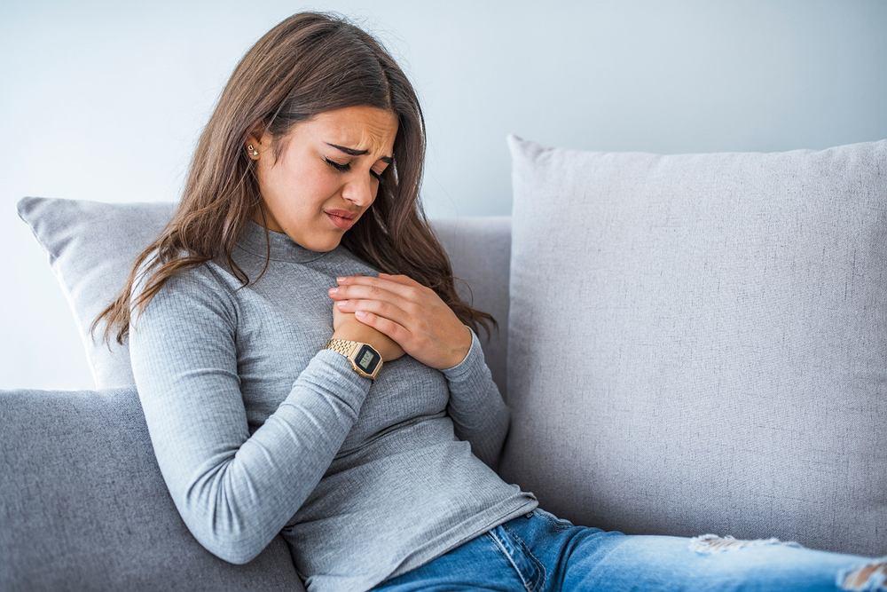 Nerwobóle, zwane także neuralgią, objawiają się rwącym, ostrym i piekącym bólem, promieniującym w obszarze unerwienia określonego nerwu lub jego gałęzi. Może mu towarzyszyć drętwienie kończyn, osłabienia mięśni lub mrowienie.