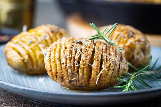 Pieczone ziemniaki hasselback z mozzarellą - idealna propozycja na obiad lub kolację [PRZEPIS]