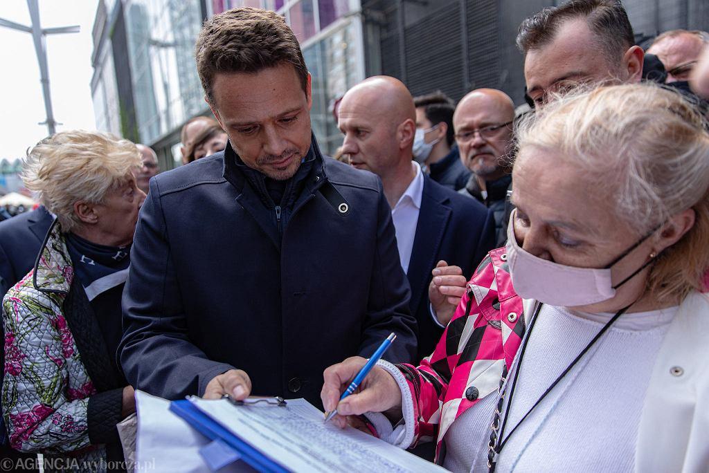 Rafał Trzaskowski zbiera podpisy w Warszawie