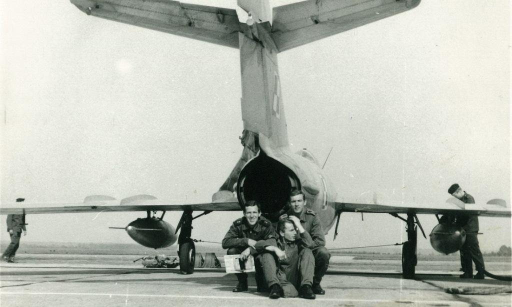 Rok 1976. Pierwsi uczniowie na samolocie LIM, z lewej Antoni Powalski (zdjęcie udostępnione dzięki uprzejmości PLL LOT)