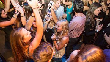 Kiedyś alkohol był stałym elementem imprez młodych osób. Teraz zaczyna to się zmieniać.