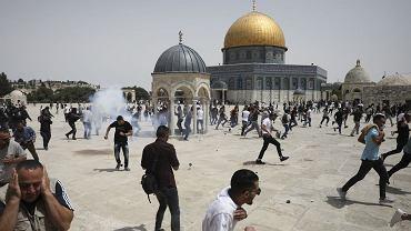 Agencja AP donosi, że na terenie meczetu Al-Aksa w Jerozolimie dochodzi do starć między palestyńskimi demonstrantami a izraelską policją. W nocy zaczęło obowiązywać zawieszenie broni między Hamasem a Izraelem