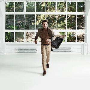 płaszcz: Wojtek Haratyk /Bracka 18, golf: Boss, spodnie: Rodrigo De La Garza/Delagarza.pl, pasek: Vistula, buty: Shoepassion /Shopassion.com, zegarek: Tommy Hilfiger/Swiss.com.pl