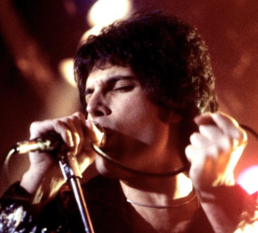Freddie Mercury występujący w New Haven, CT, Listopad 1977