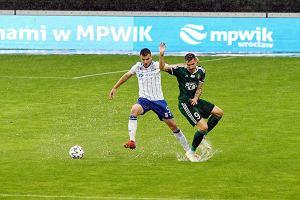 Trzy gole w dziewięć minut w końcówce hitu ekstraklasy! Mecz na wodzie we Wrocławiu