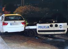 Kierowca BMW najpierw uciekał, a potem rozbił dwa radiowozy. Grozi mu 10 lat więzienia