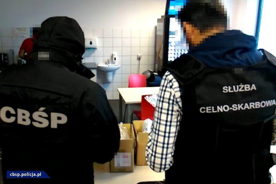 CBŚP zlikwidowało kanał przewozowy 'pigułek gwałtu'. Prowadził z Chin na Litwę