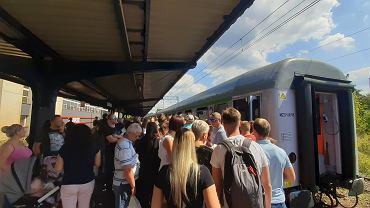 Tłumy na dworcu kolejowym w Zabrzu. Wszyscy chcą dojechać na defiladę wojskową w Katowicach