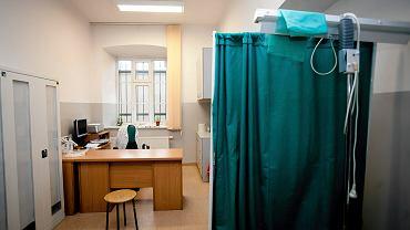 Poznań. Niekontrolowany wystrzał pistoletu w gabinecie lekarskim. Kula przeleciała obok pacjentów